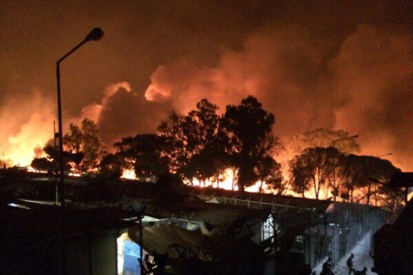 A fuoco il campo migranti di Moria sull'isola di Lesbo: ospita quasi 13mila persone