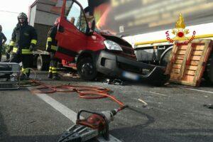 Incidente stradale tra due mezzi pesanti, muore 35enne schiacciato dalle lamiere
