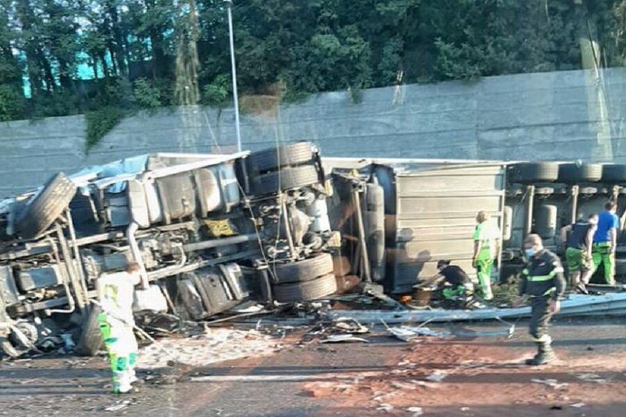 Incidente in autostrada, tir si ribalta e invade la corsia opposta: due feriti
