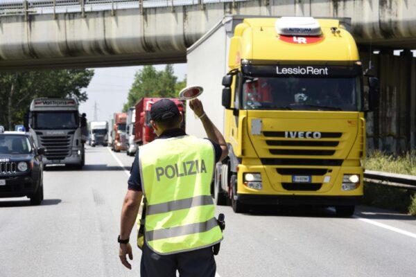 Frontale camion-auto sulla Tangenziale nel Bresciano, un morto schiacciato tra le lamiere