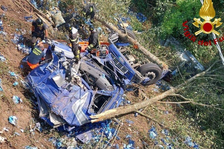 Tir precipita in una scarpata di 20 metri, camionista muore tra le lamiere