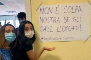 """""""Niente minigonne a scuola, ai prof gli cade l'occhio"""", protesta femminista in un liceo di Roma contro la 'censura' della vicepreside"""