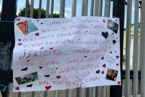 """""""Correvamo soltanto verso la nostra libertà…"""", all'esterno della chiesa il messaggio di Ciro a Paola"""
