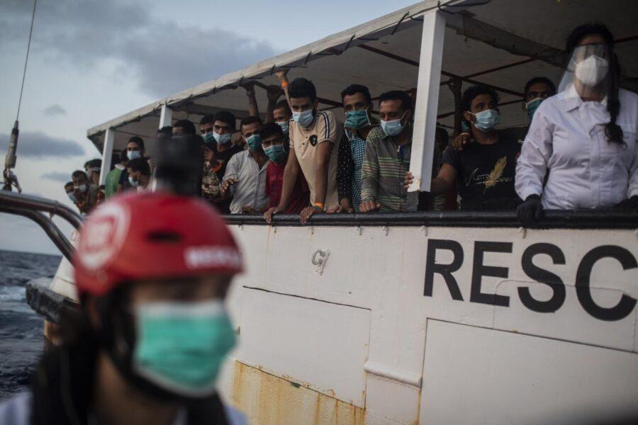 Open Arms, dramma a bordo: i migranti si buttano a mare