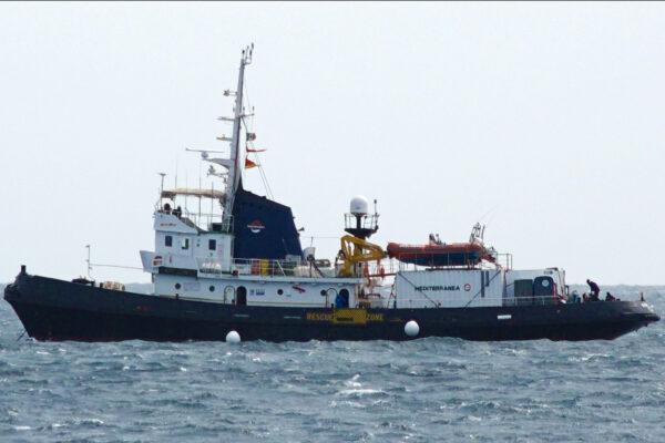"""La Mare Jonio bloccata a Pozzallo, impedito l'imbarco del team di soccorso: """"Messaggio del governo è vietato soccorrere"""""""