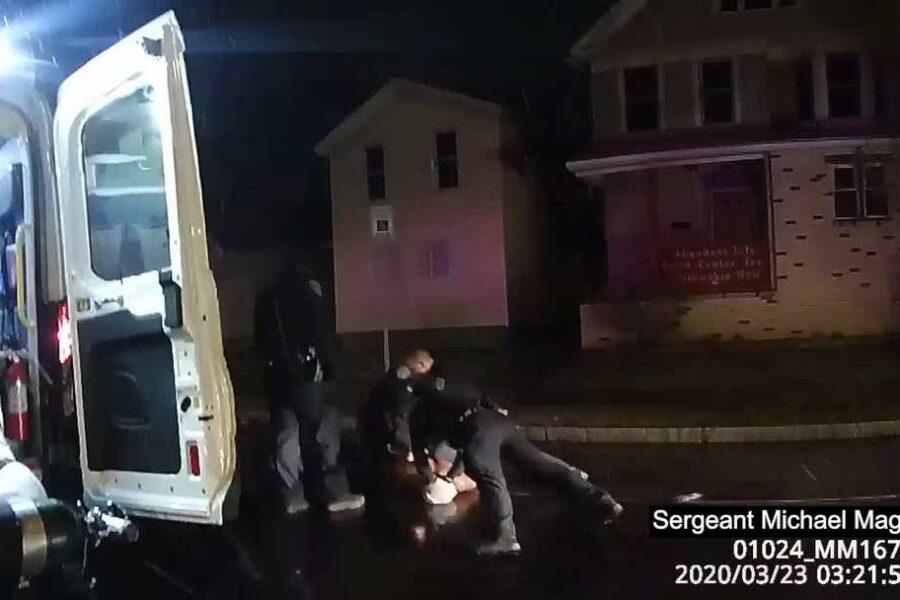 Nuovo video dagli Usa, polizia incappuccia un afroamericano: l'uomo morto asfissiato