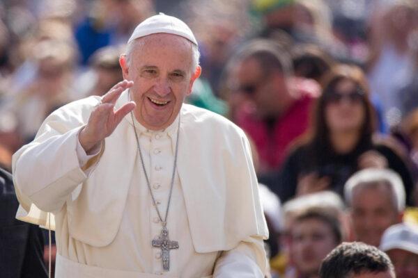 In un mondo di odio ci resta solo Papa Francesco