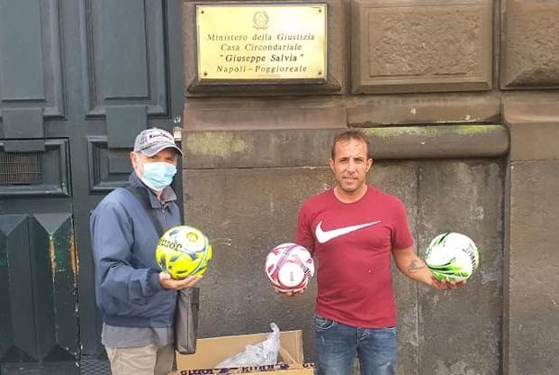 """L'Associazione """"Un'infanzia da vivere"""" di Caivano dona 25 palloni ai detenuti di Poggioreale"""
