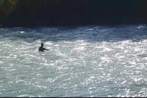 """Storia del papà che ogni giorno si immerge nel fiume Adda per trovare la figlia scomparsa: """"Non posso smettere"""""""