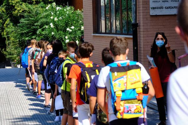 """De Luca riapre le scuole elementari: """"Da lunedì bimbi in classe"""""""