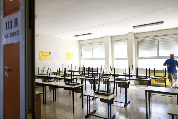"""Scuola, flop dello screening in Campania: """"Solo il 10% di docenti e operatori ha fatto il test"""""""