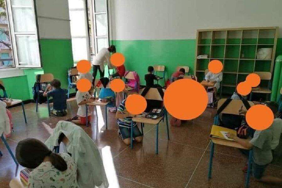 A scuola in ginocchio, la foto strumentalizzata da Toti sugli studenti di Genova