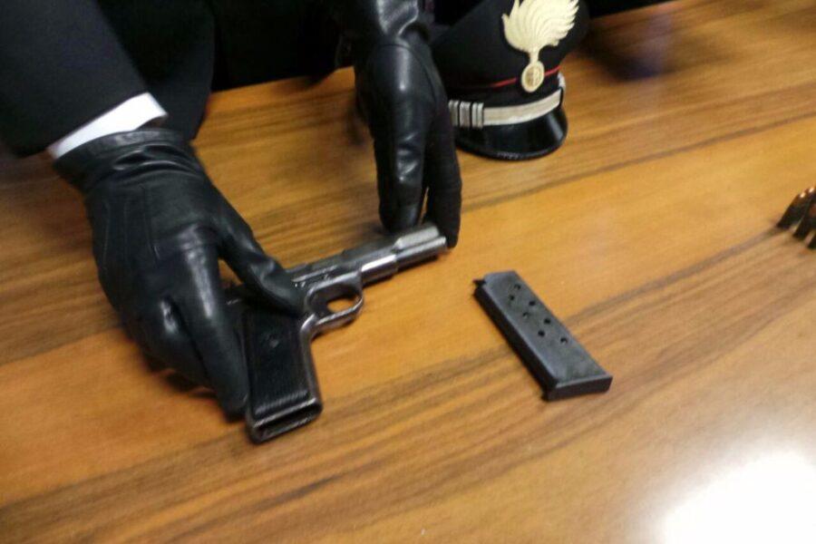 Spara per 'difendere' il figlio dopo una lite e ferisce un 19enne: arrestato