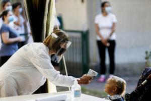 """Caos scuola, scontro tra Regione Piemonte e Azzolina sulla misurazione della febbre: """"Impugniamo l'ordinanza"""""""