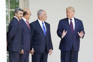 Trump si auto-rilancia 'abbracciando' Netanyahu e scatena la rabbia palestinese