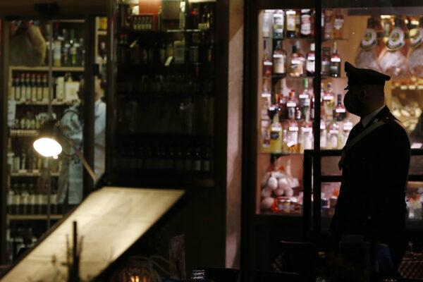 Foto Cecilia Fabiano/ LaPresse  19 Ottobre 2020 Roma (Italia) Cronaca  :  Nuovo DPCM : Movida serale a Campo De Fiori  Nella Foto : controlli dei Carabinieri  Photo Cecilia Fabiano/LaPresse October 19 , 2020  Roma (Italy)  News : Nightlife in the Campo De Fiori square  after the new government's plan to combat the coronavirus outbreak  In The Pic :  The carabinieri police controlling locals