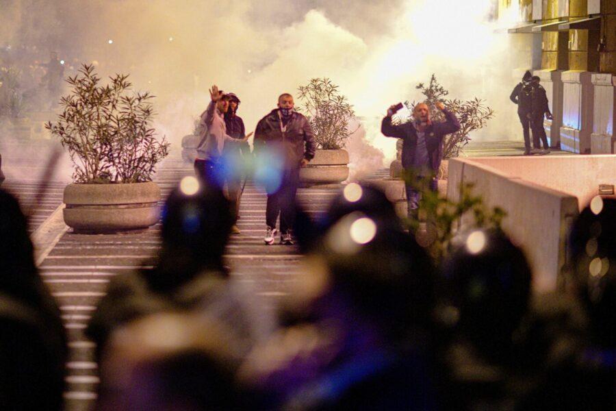 Proteste di Napoli, la stampa racconta di camorra e criminalità ma i social raccontano altro…