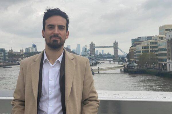 Parte da Napoli con 500 euro e diventa imprenditore di successo: Antonio da cameriere a startupper in due anni