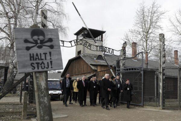 """Facebook vieta i post che negano l'Olocausto: """"Saranno rimpiazzati con fonti autorevoli"""""""