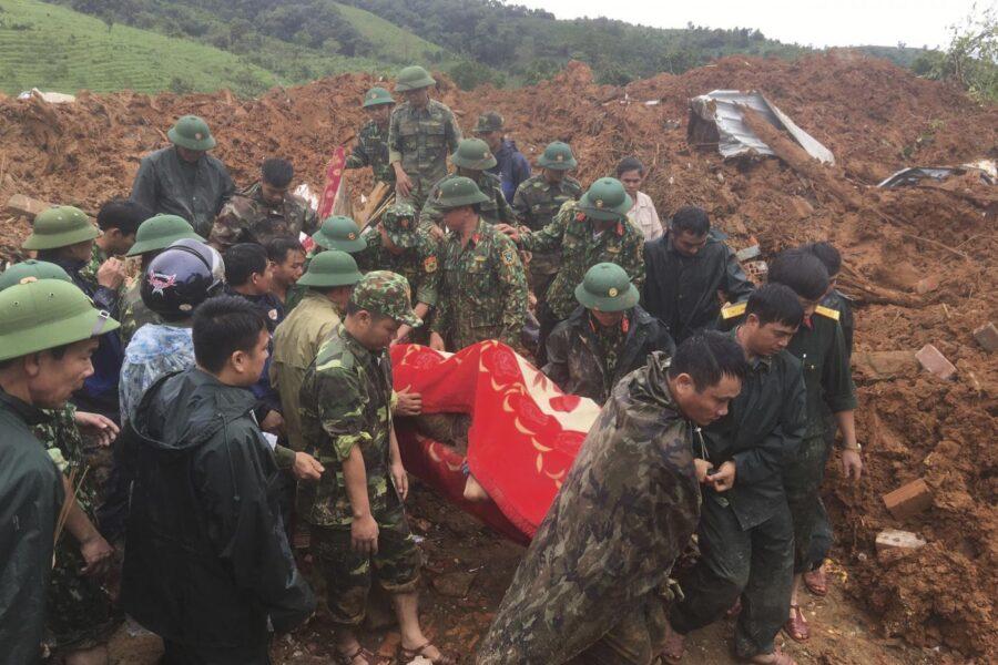 Vietnam piegato da alluvioni e frane: almeno 90 morti
