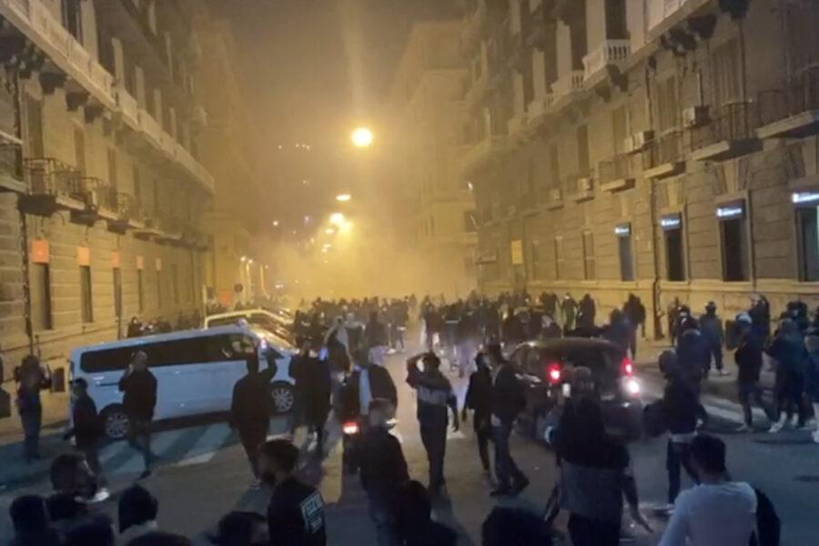Guerriglia a Napoli dopo l'annuncio di De Luca, città a ferro e fuoco