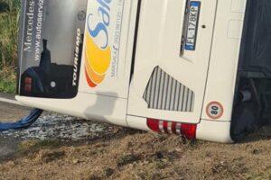 Autobus si ribalta sulla Statale 119, due morti e diversi feriti tra le lamiere