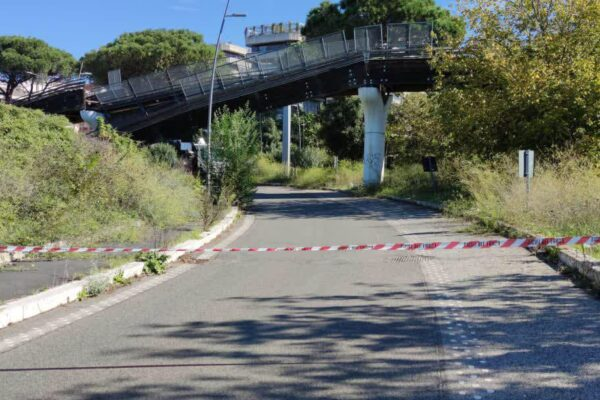 Sbaglia manovra, il camion urta contro il ponte: crolla la pista ciclabile