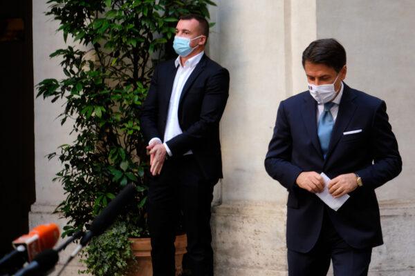 Rocco Casalino positivo al Coronavirus e in isolamento fiduciario col compagno Juan Carlos