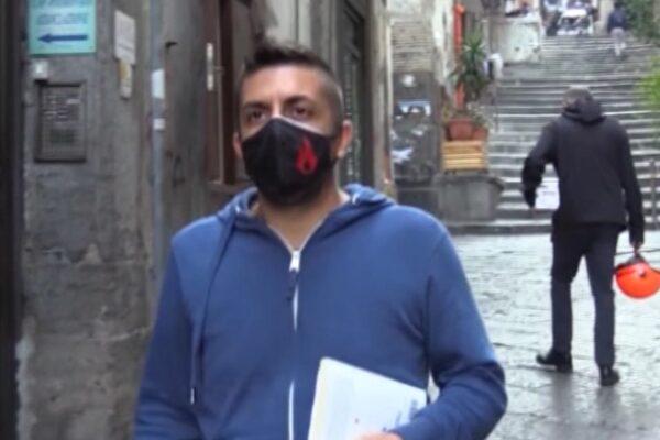 Didattica dal balcone, il maestro Tonino legge Rodari ai suoi alunni