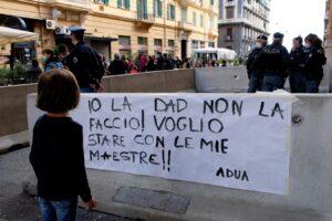 """Scuole chiuse, impugnata al Tar l' ordinanza di De Luca: """"Lede il diritto all'istruzione"""""""