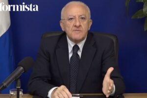 """De Luca attacca il Governo: """"Solo ritardi, situazione al collasso: lockdown nazionale. Scuola? Ministro pappagallo"""""""