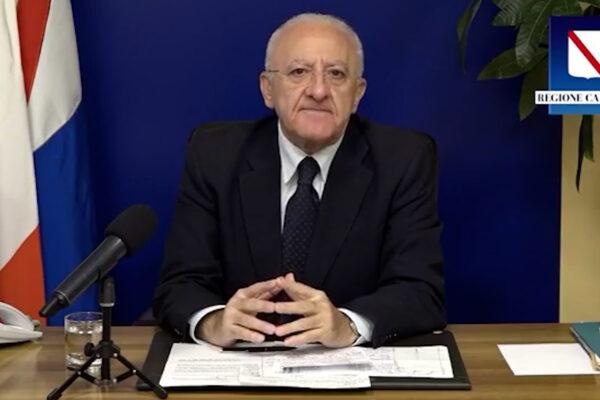 Le contraddizioni di De Luca: prima cita Bergoglio poi ne ha per tutti