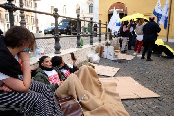 La protesta davanti Montecitorio dei familiari dei pescatori di Mazara del Vallo