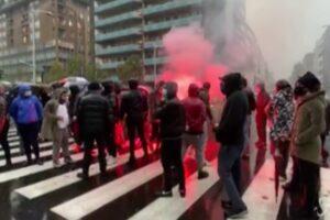"""""""Venite fuori"""", fumogeni sotto la sede della Regione: la protesta a Milano"""