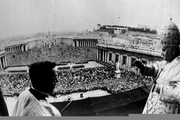 Giovanni XXIII e Francesco, quelle carezze di cui il mondo ha bisogno