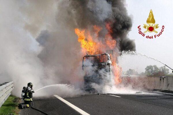 Fiamme e tamponamento a catena tra 3 tir sull'A4: ustionato un camionista e autostrada chiusa
