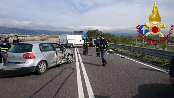 Grave incidente in Sicilia, sei feriti nella carambola tra auto e furgone: elisoccorso per una bambina