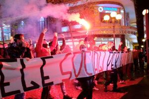"""""""Non possiamo morire di covid ma nemmeno di fame"""": i cittadini scendono in piazza contro le restrizioni"""