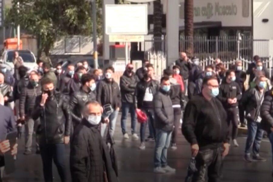 """Lockdown a Arzano, scoppia la rabbia. Commercianti bloccano le strade: """"Ci stanno dando il colpo di grazia"""""""