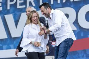 Mentre Salvini si mette sulle barricate Giorgia Meloni gli soffia il posto…