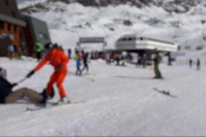 Sciatore viene investito da snowboarder a Cervinia, si rialza e lo prende a racchettate