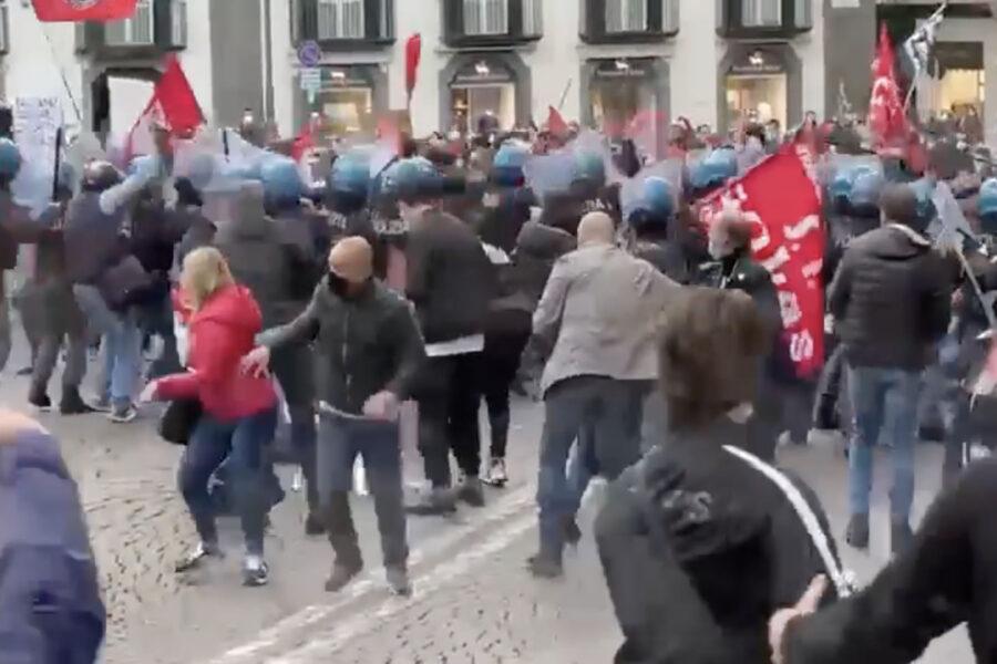 Napoli, ancora scontri: manifestanti verso la Regione