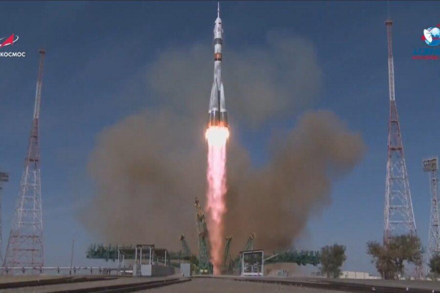 La navicella Soyuz decolla per la Stazione Internazionale: a bordo due russi a un'americana