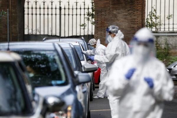 """""""In 4 regioni restrizioni da anticipare, indice Rt rallenta ma rischio ancora alto"""", l'allarme di Brusaferro sul contagio in Italia"""