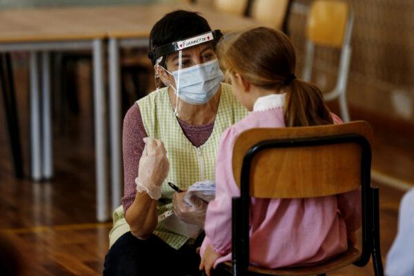 """Raffica di diffide alle scuole dei genitori 'no-vax': """"No ai test rapidi sui nostri figli"""""""