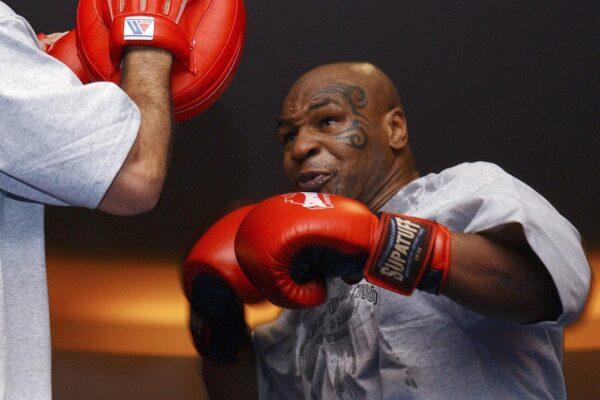 Storia di Mike Tyson, il fenomeno del pugilato che torna sul ring dopo 15 anni contro Roy Jones Jr.