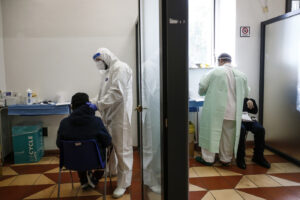 Foto Cecilia Fabiano/ LaPresse  13 Ottobre 2020 Roma (Italia) Cronaca  :  Il personale sanitario dell'ospedale San Giovanni Addolorata si occupa dei numerosi tamponi che vengono effettuati al drive in e nell'ambulatorio  Nella Foto : lo staff dell'ambulatorio allestito  in sala Mazzoni Photo Cecilia Fabiano/LaPresse October 13 , 2020  Roma (Italy)  News : The sanitary staff of the San Giovanni Addolorata hospital takes care of the numerous covid swabs that are carried out at the drive in and in the clinic In The Pic : The staff working in the Mazzoni clinic