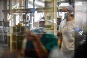 """""""Ospedali vicini al collasso, media sminuiscono l'emergenza"""": l'allarme di medici e infermieri"""