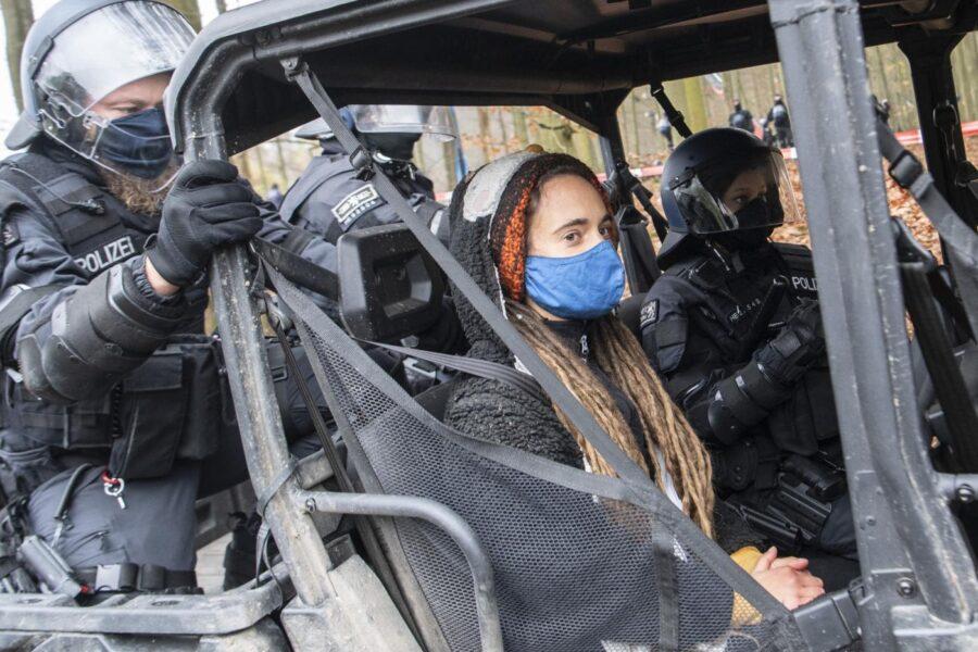 Carola Rackete fermata in Germania: protestava contro l'abbattimento di una foresta