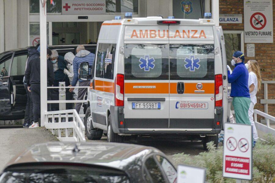 """Napoli, ospedali quasi al collasso: """"A un passo dal decidere chi curare e chi no"""""""